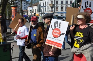 """Stopp Fracking"" prominent auf der Bergedorfer Maidemo"