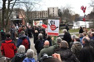 Menschenmenge, Stopp-Fracking-Banner