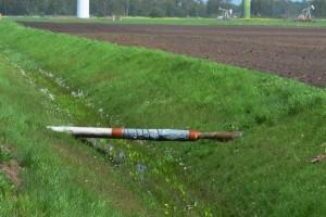 Nassölleitungen im Erdölfeld Voigtei überspannen Gräben an vielen Stellen