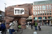 Trojanisches Pferd TTIP, im Gebäude im Hintergrund die Kanzlei Luther